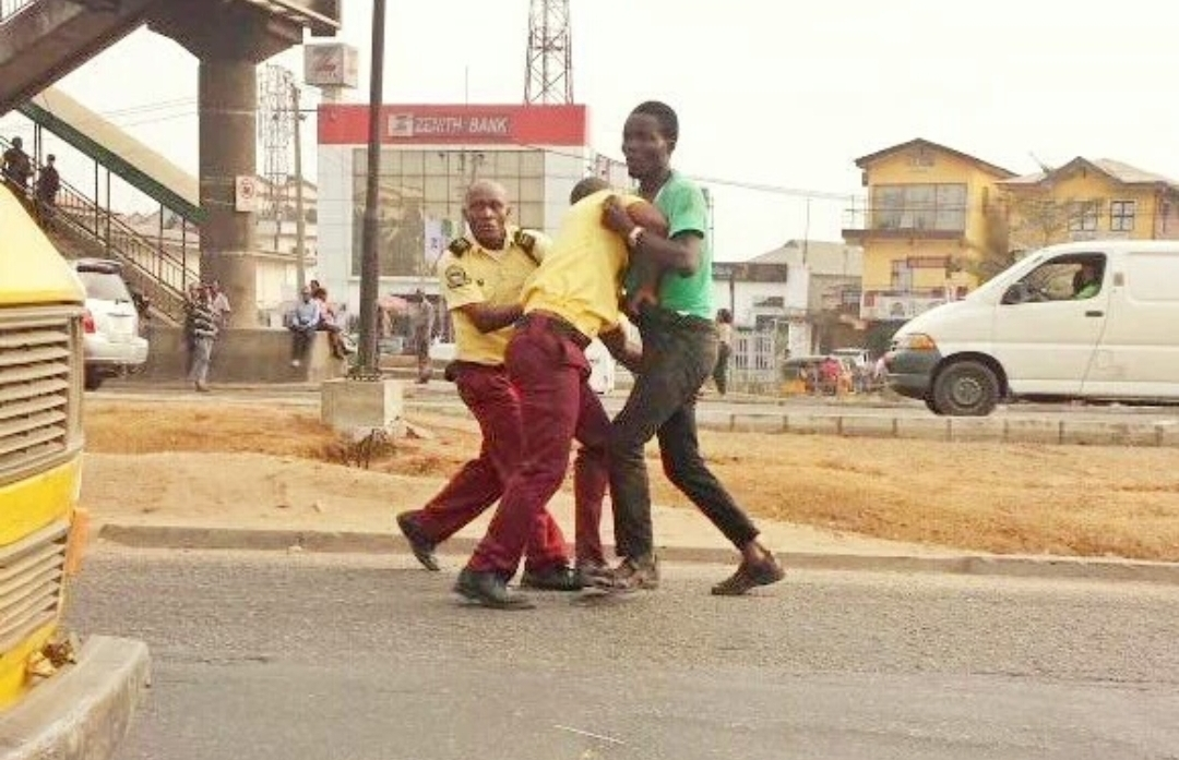 A danfo driver fight LASTMA officials used to illustrate this story